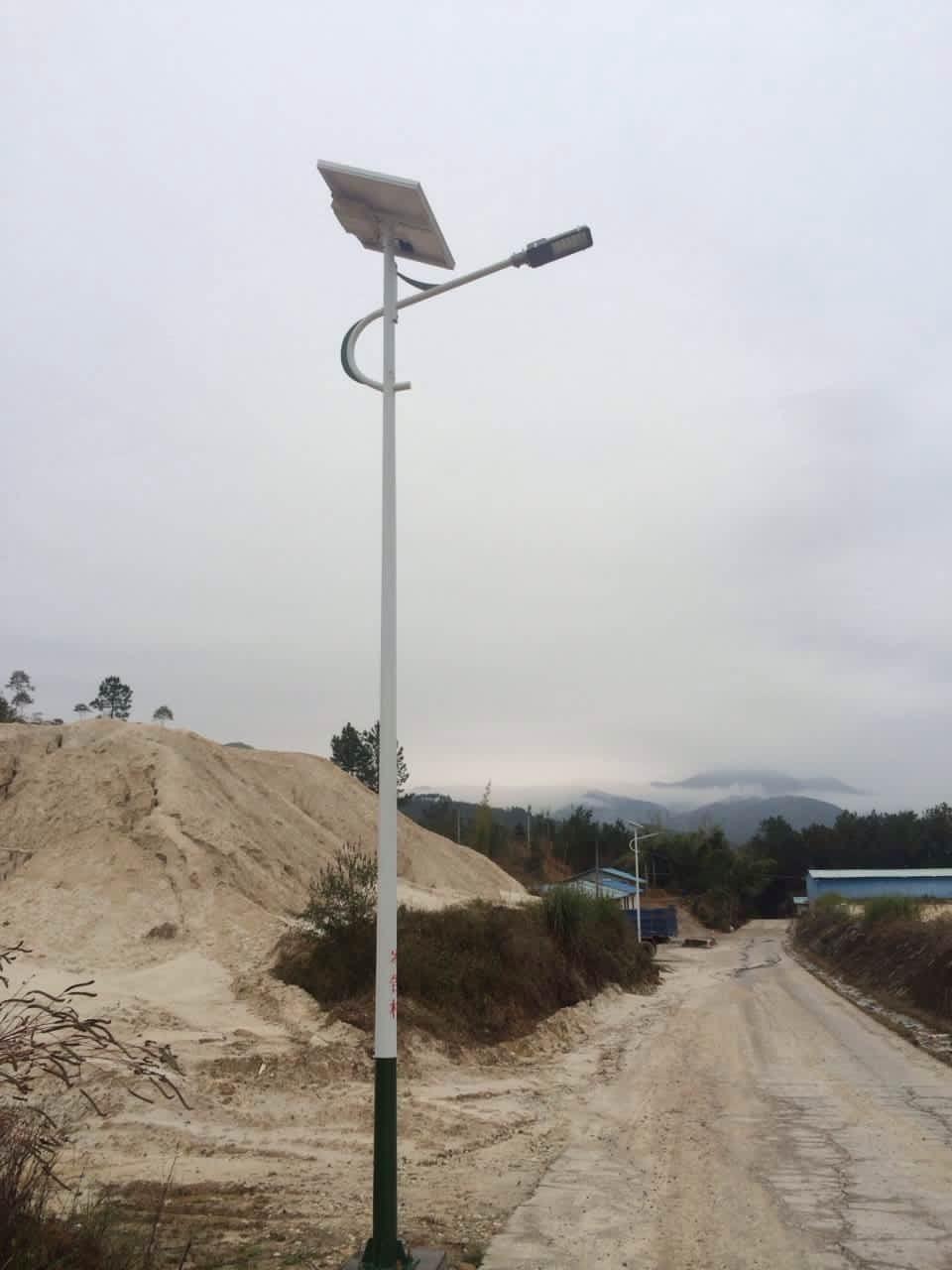 广东农村太阳能路灯现在也流行起来了,我国内现在不少新建的高新开发区或者新农村开始使用上led太阳能路灯,尤其是在农村道路的使用更多,太阳能led路灯目前的使用率真正增加。近期,劲辉照明在广东又完成了一个农村太阳能路灯工程。    本次广东太阳能路灯的工程项目基本信息如下: 工程地址:广东河源市连平县隆街镇岑告村 产品供应商:中山市劲辉照明灯饰厂 光源:采用30瓦进口LED光源 灯具:高品质型材铝金豆灯具 灯杆:6米Q235钢材整体热镀锌防腐灯杆 太阳能板:100W多晶硅太阳能板 蓄电池:太阳能路灯专用免维